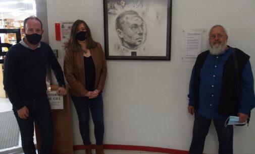 El artista Pedro Marco dona  un cuadro de Miguel Hernández a la Biblioteca