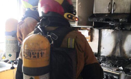 Un fuego calcina la cocina de una vivienda de la calle Ferriz