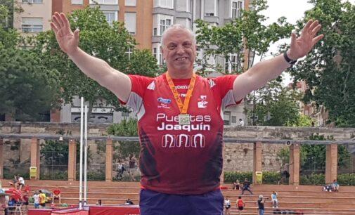 El atleta y el entrenador del Promesas, Paco Serra, campeón Autonómico en Disco y Peso
