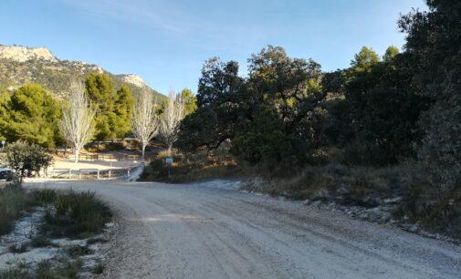 La masificación de visitantes y de coches provoca el cierre del camino de Catí a Catxuli en Petrer