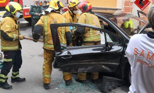 Una mujer queda atrapada en su vehículo tras un accidente en Canyada