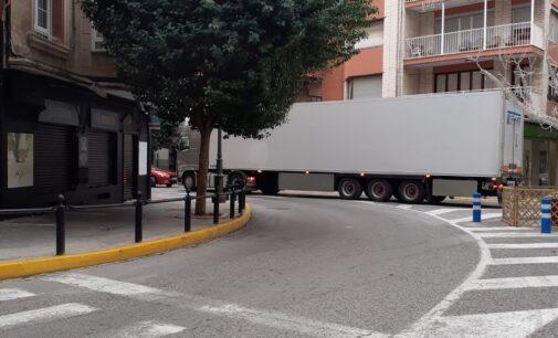 Desperfectos en el mobiliario urbano tras colisionar un camión