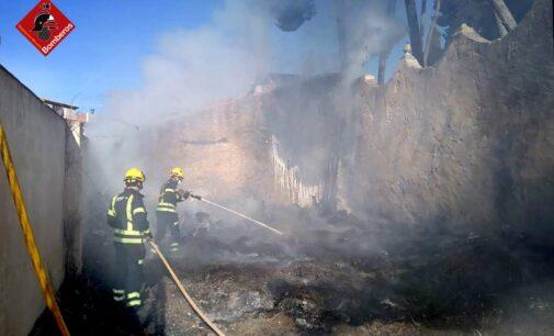 Los bomberos sofocan un fuego en un solar de Biar