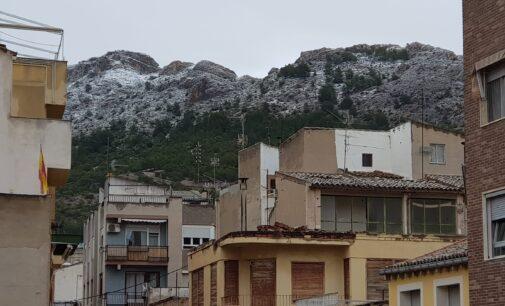 La Sierra de la Villa en Villena se cubre de blanco