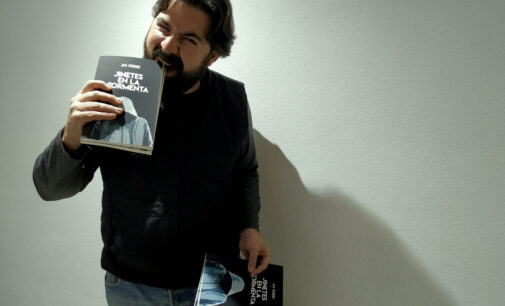 El villenense JM Ferri publica su primera novela «Jinetes en la tormenta»