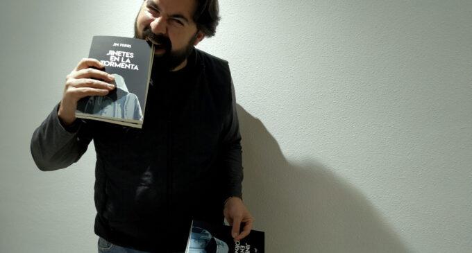 """El villenense JM Ferri publica su primera novela """"Jinetes en la tormenta"""""""
