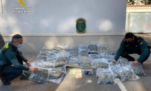 La Guardia Civil sorprende en Sax a tres varones con más de 44 kilogramos de marihuana