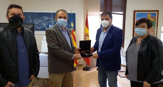 Antonio Pastor recibe la medalla y el pin como nuevo concejal del Ayuntamiento de Villena