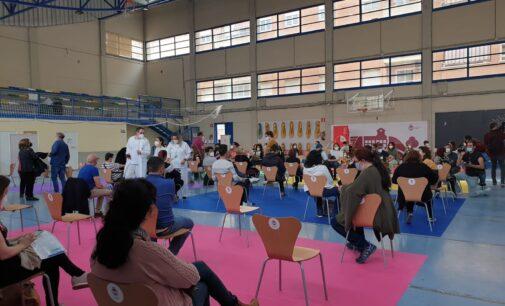 Comienza en Elda la vacunación masiva de los docentes de toda la comarca
