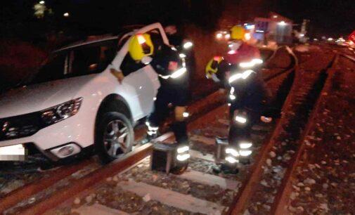 Encalla su coche en las vías del tren del paso a nivel de los Piratas en Villena