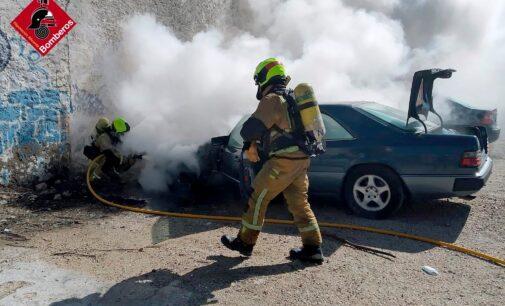Los bomberos sofocan el fuego de un vehículo en Villena