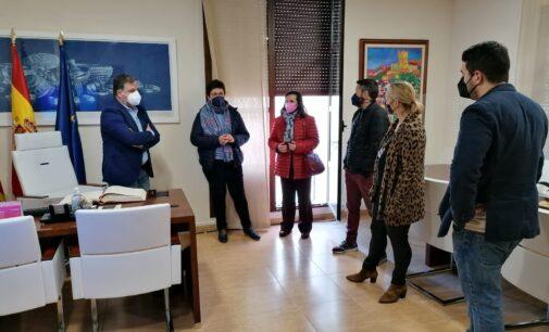 La Corporación municipal recibe a la dirección del colegio Paulas Villena en su 75 aniversario