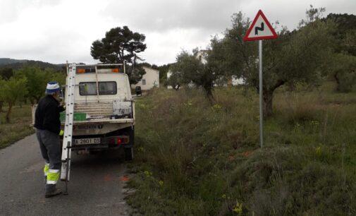 El Ayuntamiento completa la señalética de seguridad en el camino de la Colonia de la Sierra de Salinas