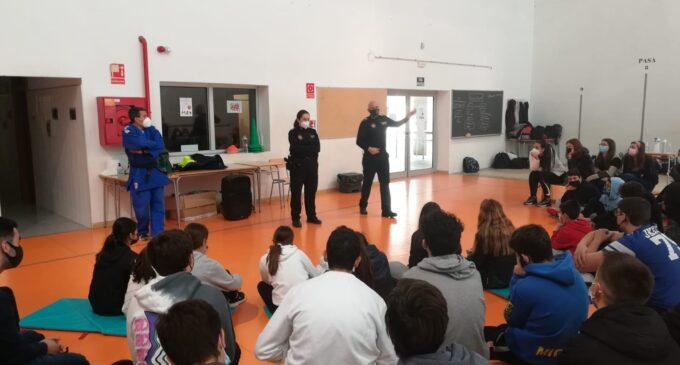 La Policía Local de Villena imparte el taller 'Violencia de género y defensa personal' a adolescentes