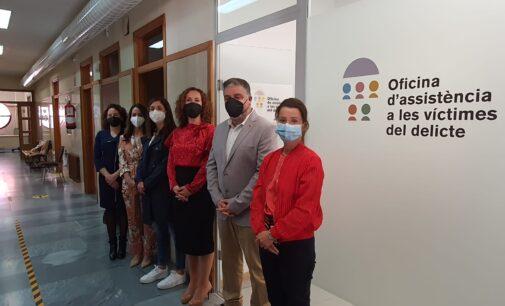 El alcalde y la edil de Igualdad visitan la Oficina de Atención a la Víctimas