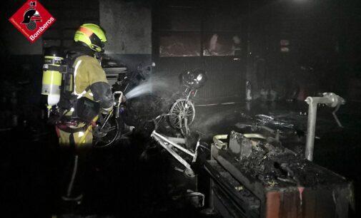 Los bomberos sofocan un incendio en un taller mecánico de Beneixama