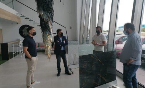 El equipo de gobierno visita la empresa Singularglass en Villena