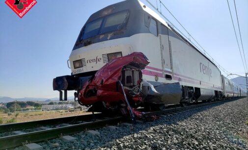 Cuatro fallecidos al colisionar un vehículo con un tren en Novelda