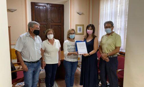 Biar recibe el dossier que recoge las vivencias de los refugiados de la Guerra de los Balcanes