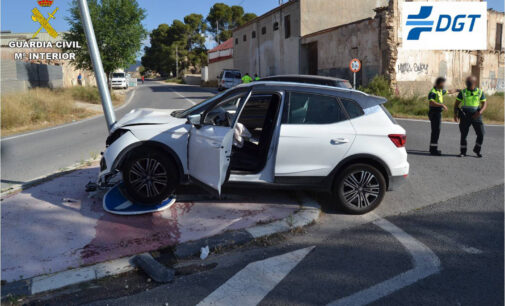 Un conductor se da a la fuga para evitar ser sancionado y tiene un accidente en Elda