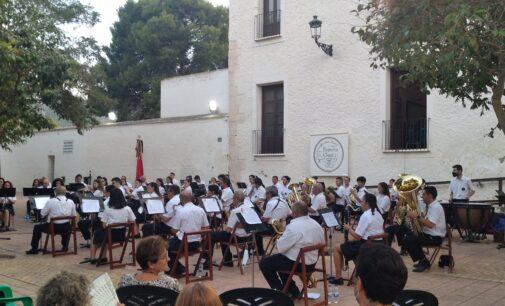La Sociedad Musical homenajea a pueblos y comparsas en el primer concierto festero postconfinamiento
