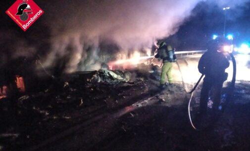 Los bomberos emplean casi 5 horas en sofocar el incendio de un tráiler